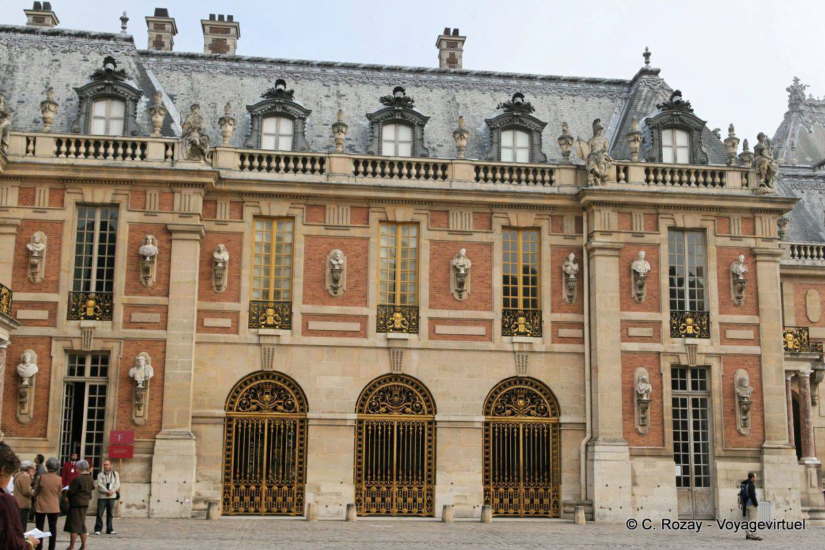 Facade detail of the old castle versailles for Autour de versailles