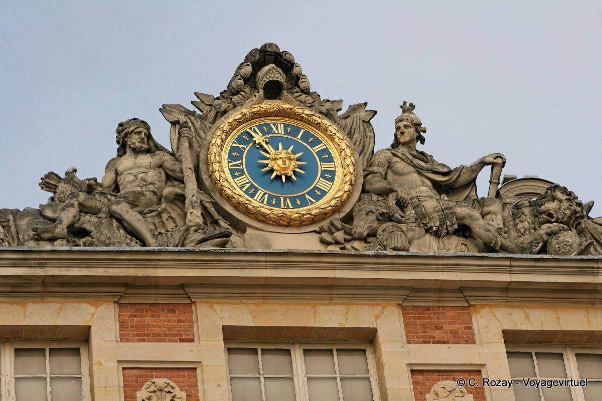 Central body clock versailles for Autour de versailles