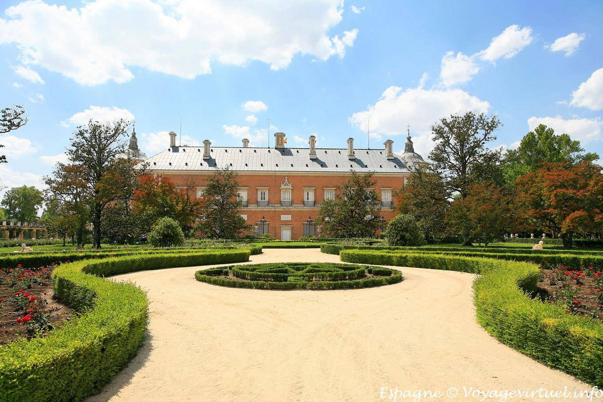 facade of the palacio real jardin del parterre aranjuez
