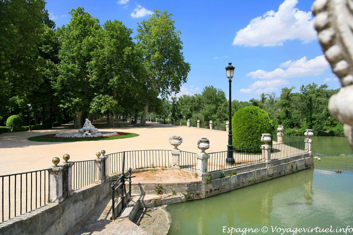 Passage between jardin del parterre garden and isla aranjuez spain - Parterre jardin ...