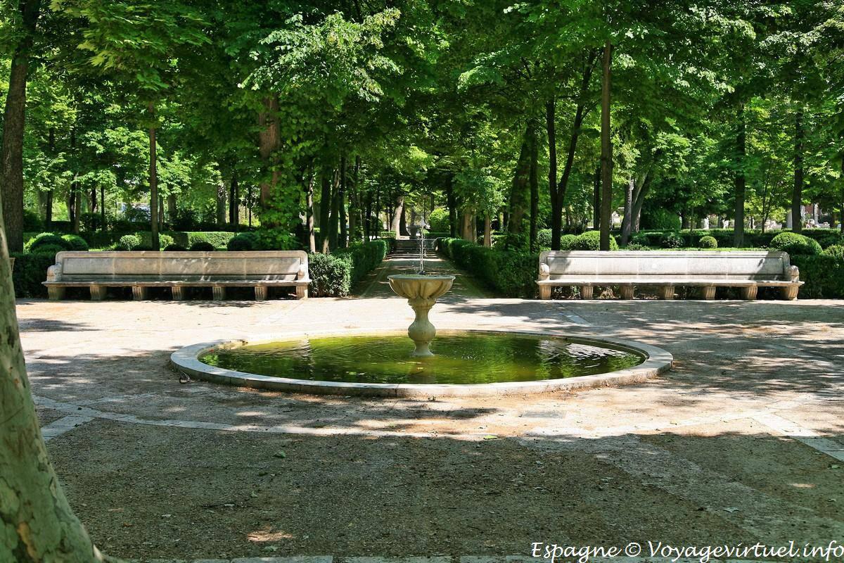 Fuente del reloj jard n de la isla aranjuez spain for Parterre jardin