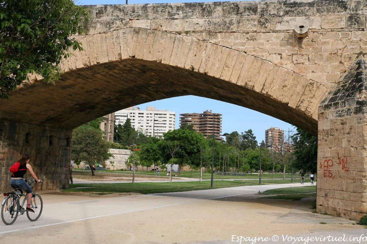 Valencia puente de la trinidad jardin del rio turia spain - Jardin del turia valencia ...