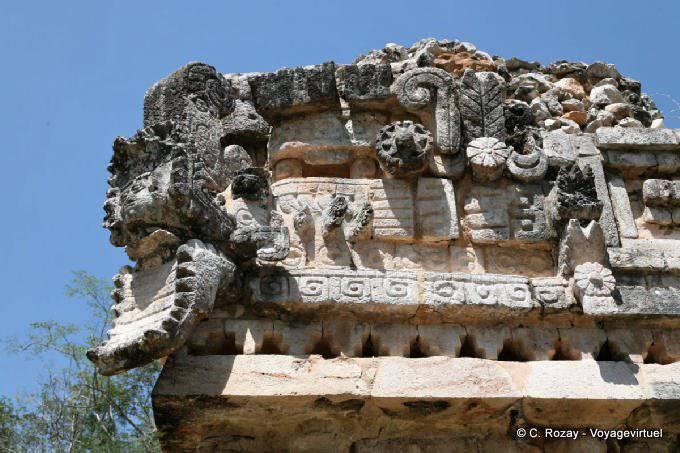 Labná, edificio de las columnas, serpent detail 18