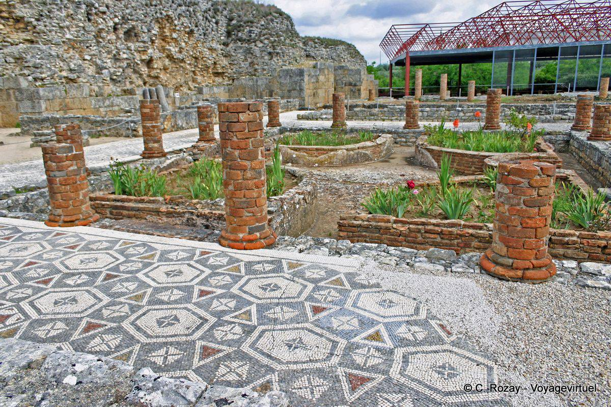 Peristyle of the house of the Swastika (lucky sign for the Romans ...: www.voyagevirtuel.co.uk/portugal/photo/conimbriga_1388.php