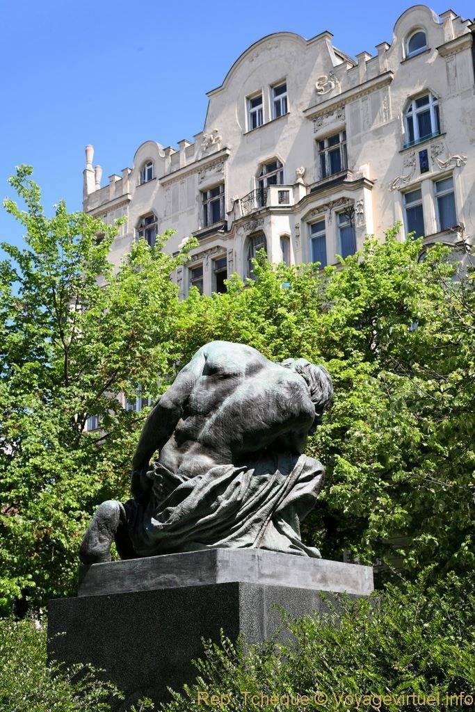 Nam curieovych statue du jardin public josefov prague for Statue jardin moderne