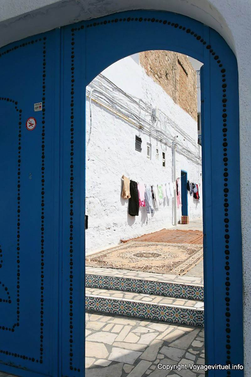 Hammamet drying laundry and carpet behind the door of the for Decoration derriere la porte